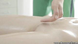 Молодой массажист трахает красотку с наслаждением в киску