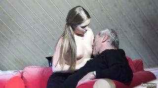 Красивая девушка страстно трахается с мужчиной постарше