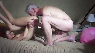 Озабоченный старый дед трахает молодую сексуальную девушку