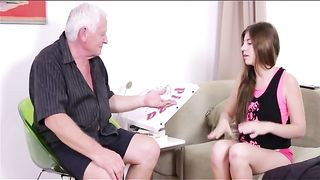 Озабоченный старый папа трахает свою дочку в пизду