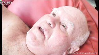 Старый отец трахает молодую дочь в различных позах
