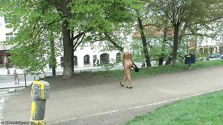 Блондинка показывает сиськи общественности, прогуливаясь голышом по улице