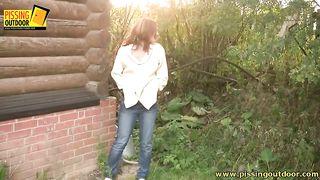 Молодая мама показывает попу на улице, а потом присаживается и писяет
