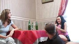 Старшекурсники трахают молодых первокурсниц после пьянки дома