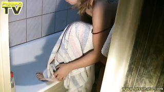 Зрелая голая блондинка в ванной писяет и мастурбирует пизду