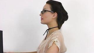 Голая брюнетка в очках примеряет сексуальное белье на камеру