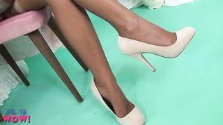 Симпатичная голая азиатка мастурбирует в своей комнате