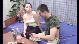 Русская пьяная мама трахается с собственным сыном, пока никого нет дома
