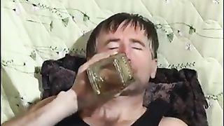 Алкаш спаивает свою дочурку и склоняет ее к ебле
