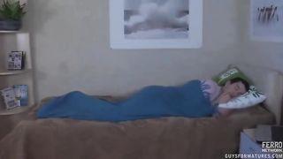 Мамаша домогается спящего сына, насаживаясь своей пиздой на его хуй
