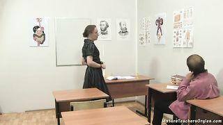 Учителя билогии в чулках ебут на классном столе