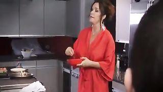 Мачеху в чулках на кухне натягивает на хуй задрот