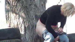 Женщины писают под дерево на скрытую камеру