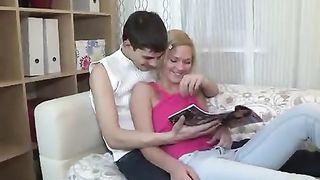Братик пялит в жопу свою сестренку, которая послушно выгибается в его руках