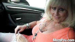 Несмотр на свой преклонный возваст, шлюшка предлагает таксисту трахнуть ее в очко вместо оплаты