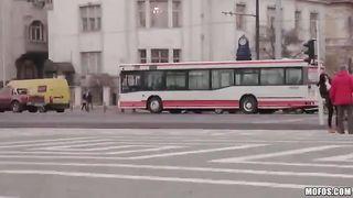 Извращенец пристал к шлюхе в автобусе, та, не сумев себя сдержать, дала выебать в пизду перед всем автобусом