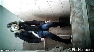 Скрытая камера в женском туалете русской школы
