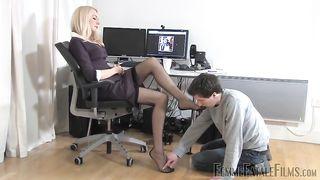 РАботник унижается и вылизывает начальнице ноги в чулочках, пока она курит