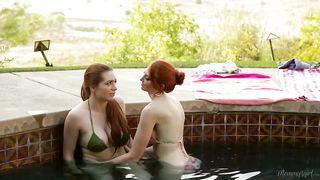 Рыжая мачеха доводит дочь дрочкой до сквирта в бассейне