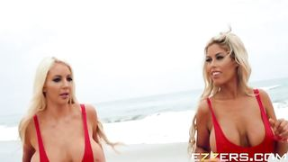 Сёрфер выебал двух грудастых пляжных спасательниц в знак благодарности