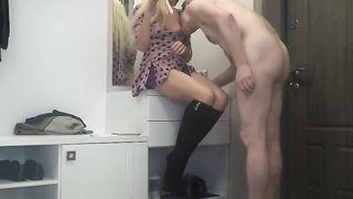 Настолько возбужден что выебал русскую любовницу прям в коридоре