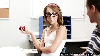 Парень трахнул одногруппницу в сексуальных очках в классе