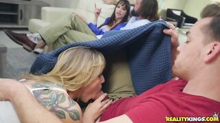 Мамка занимается лесбийским сексом с подружкой сына