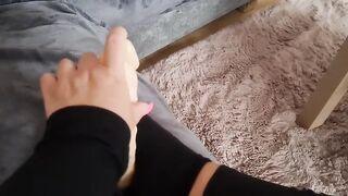 Одинокая домохозяйка дрочит дилдо рукой