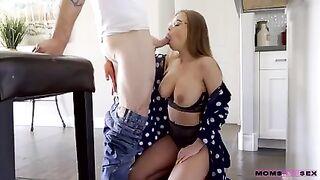 Милфа Бритни Амбер шалит с молодым пасынком