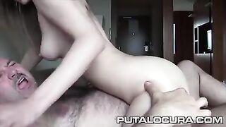 Старый мужик трахает юную девушку в любительском видео