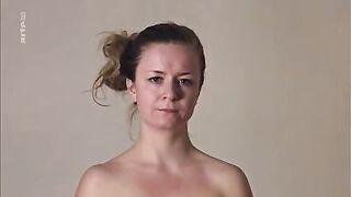Несколько женщин раздеваются и позируют