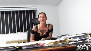 Татуированная курва глубо сосет пенис соседа
