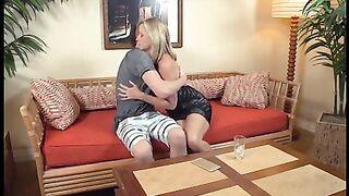 Зрелая мамка расслабляется во время ебли с сыном