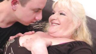 Бабушка получает кунилингус и секс от голодного паренька
