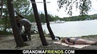 Старая бабушка сосет хуй внука и его лучшего друга