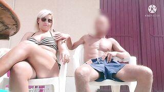 Надменный сосед получает дрочку хуя от блондинки