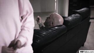 Мачеха кричит на свою падчерицу и заставляет ебаться с отцом