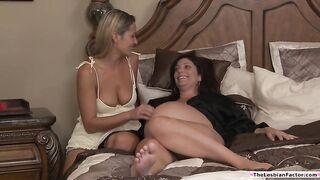Грудастая милфа-лесбиянка трахает пальцами беременную подругу