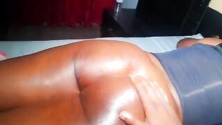 Сводный брат массирует задницу сочной сестры