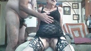 Бабушка Люси получает анальную дрочку от мужа