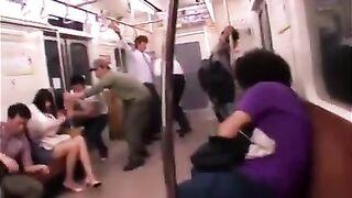 Азиатка пробует гэнгбэнг в поезде