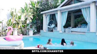 Лучшие подруги лесбиянки лижут друг другу влагалища около бассейна на пьяной вечеринке